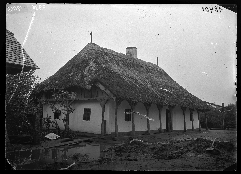 Fotó: Jellegzetes szabolcsi ház körbefutó tornáccal, faragott faoszlopokkal, nádtetővel, deszkaoromzattal<br />Jankó János felvétele<br />Anarcs, 1894<br />Néprajzi Múzeum, F 980<br />