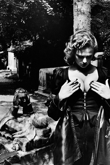 Fotó: Helmut Newton: Fashion Yves Saint Laurent, Père Lachaise, Paris, 1977 © Helmut Newton Estate