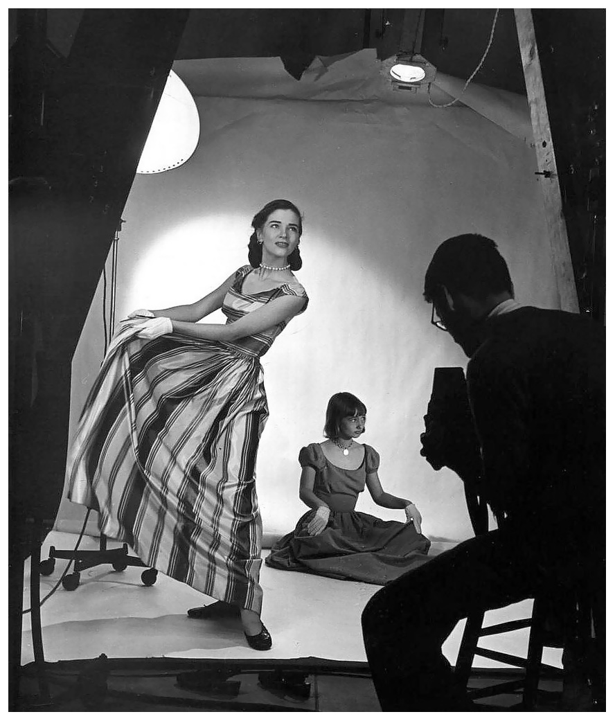 richard-avedon-photographing-two-models-in-a-studio-photo-by-nina-leen-ca-1950.jpg