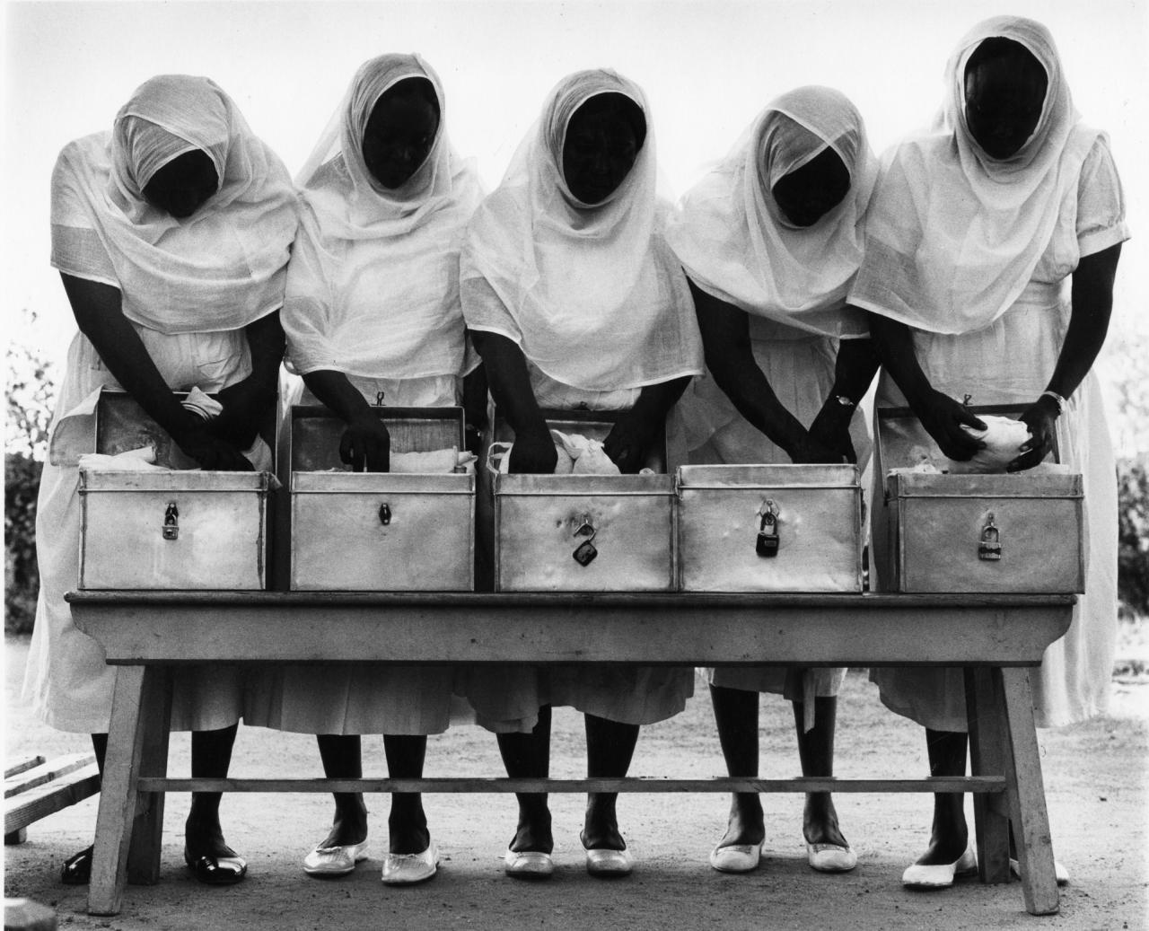 Fotó: Paul Almásy: Szülésznők készítik táskájukat, Szudán, 1963, 30 x 36,5 cm, zselatinos ezüst, Magyar Fotográfiai Múzeum