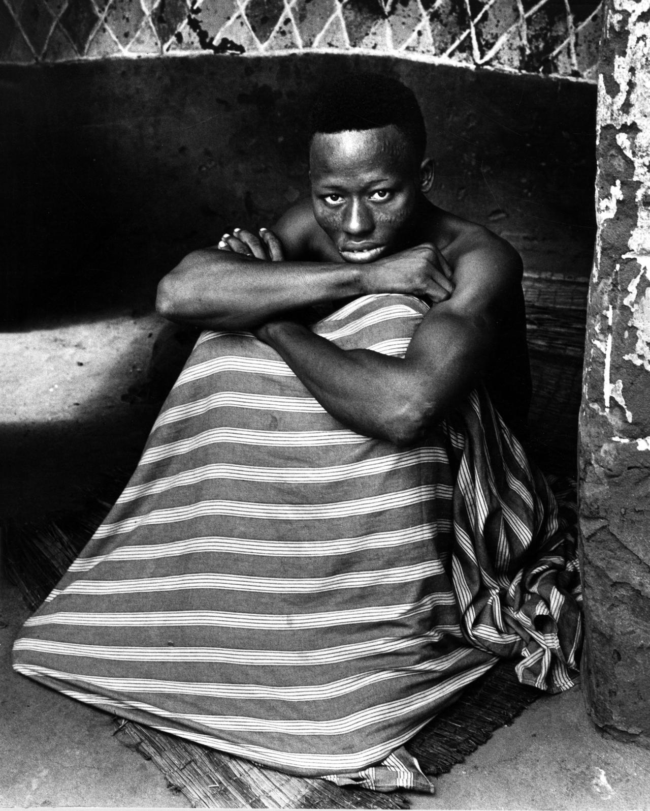 Fotó: Paul Almásy: Portré a Sámánról, Benin, részlet az Istenek és emberek című sorozatból, 1959, 30 x 24 cm, zselatinos ezüst, Magyar Fotográfiai Múzeum