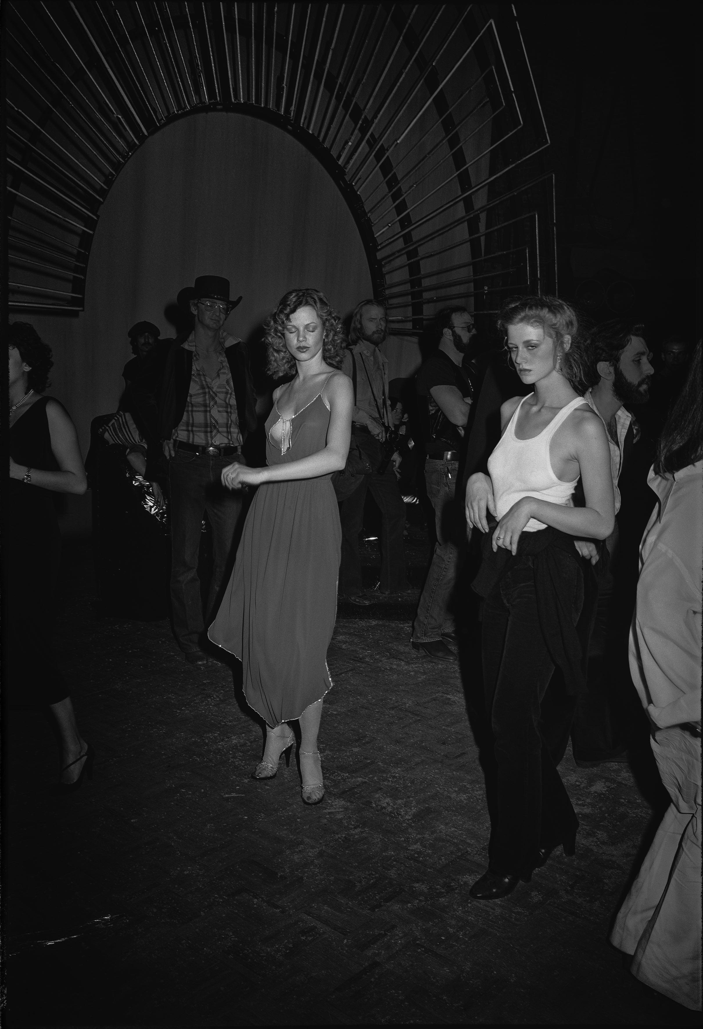 Fotó: Tod Papageorge: Studio 54, New York, 1978-80. Colección Per Amor a l'Art © Tod Papageorge / VEGAP, València, 2021