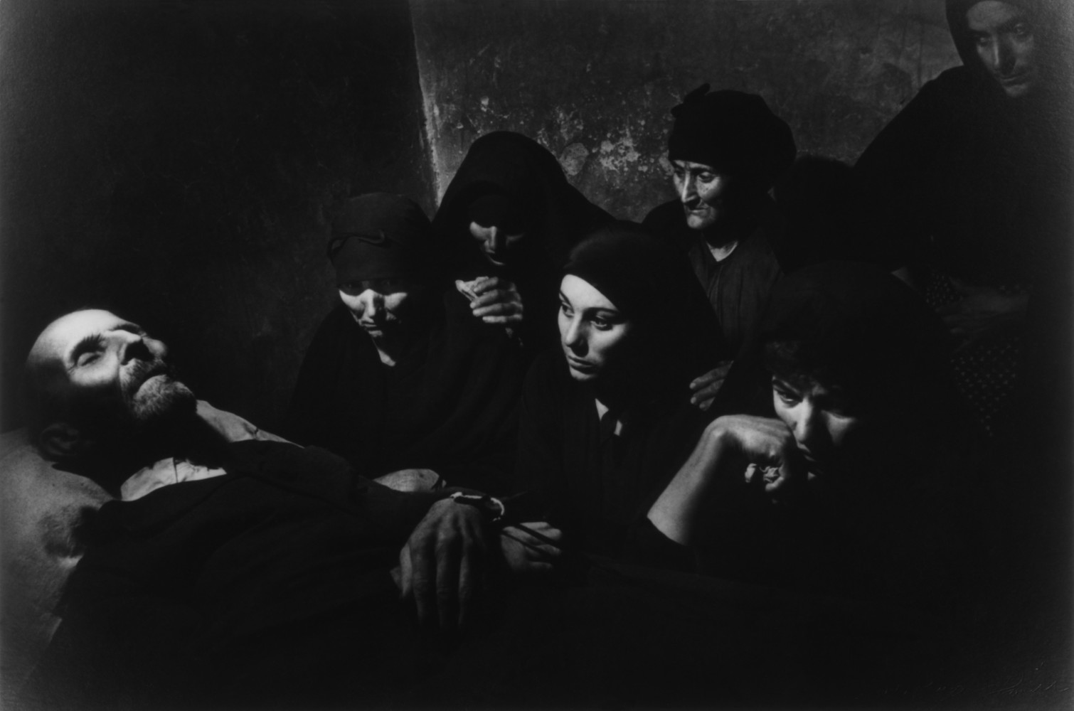 Fotó: W. Eugene Smith: Wake of Juan Carra Trujillo. From 'Spanish Village' photo-essay. Deleitosa, Province of Caceres, Extremadura, Spain. 1951 © Magnum Photos