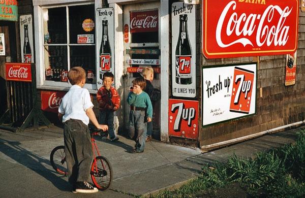 Fotó: Fred Herzog: Bognerék boltja, 1960 © Equinox Gallery
