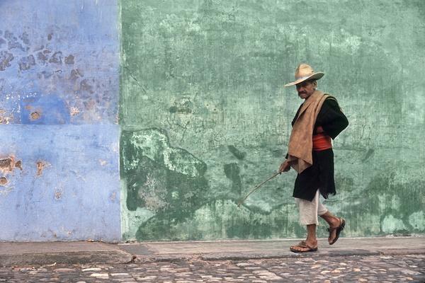 Fotó: Fred Herzog: Sétáló férfi, Antigua, 1964 © Equinox Gallery