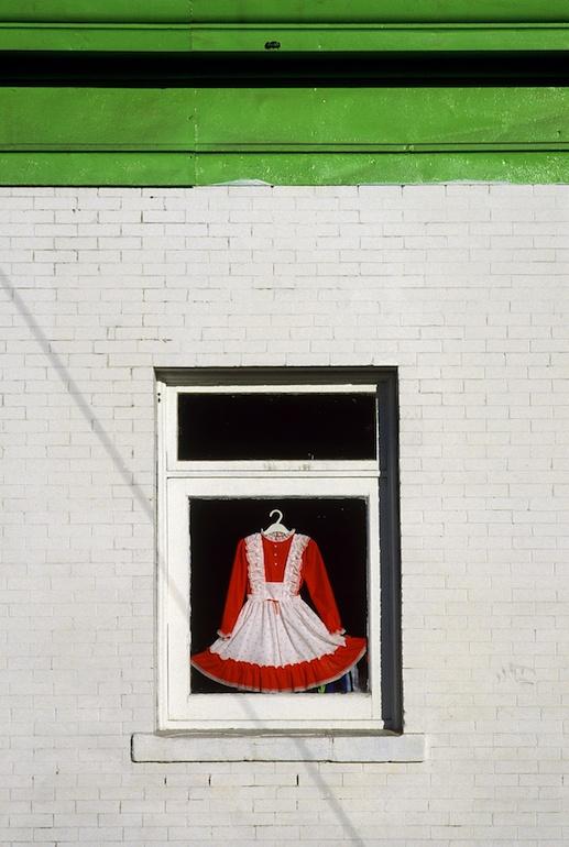 Fotó: Fred Herzog: Ruha az ablakban, 1986 © Equinox Gallery