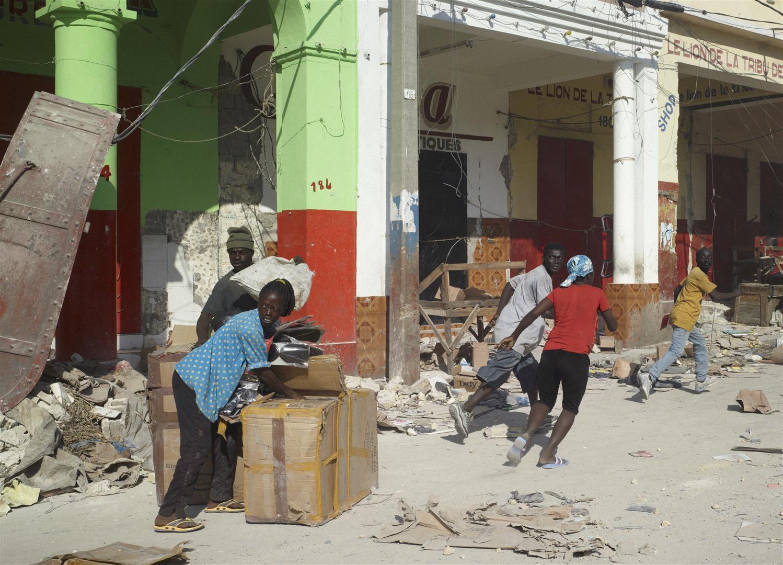 Fosztogatók - 2012. január 17., Port-au-Prince, Haiti © Luc Delahaye, Prix Pictet Ltd.jpg