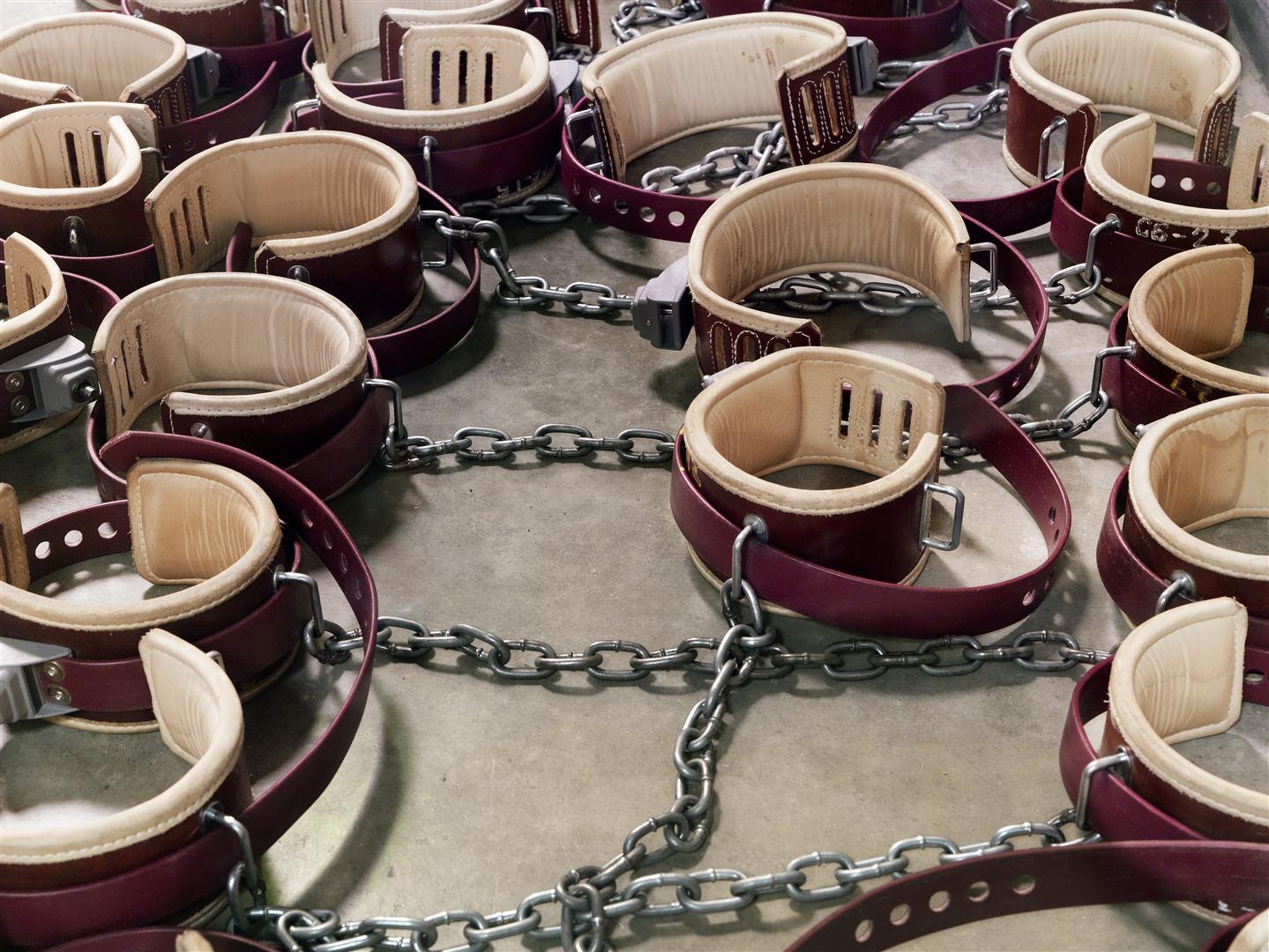 VI. tábor, bilincsek - 2009, Guantanamói-öböl - Fogolytábor, Kuba © Edmund Clark, Prix Pictet Ltd.jpg