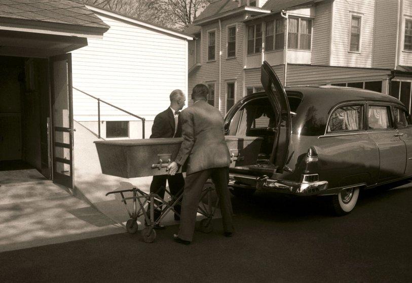 Fotó: Ralph Morse: Einstein koporsóját a kórházból elszállítják, Princeton, New Jersey, 1955 © Ralph Morse/Time & Life Pictures/Getty Images