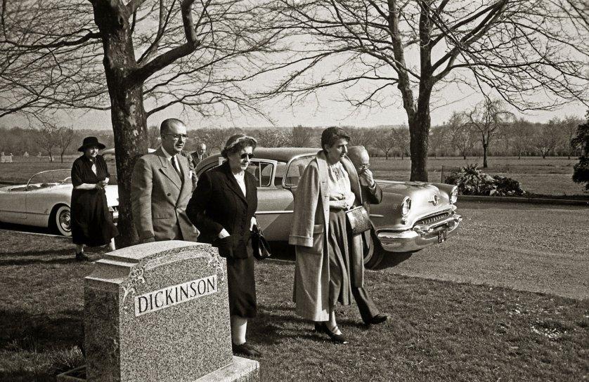 Fotó: Ralph Morse: Érkezés a Ewing Krematóriumhoz, Trenton, 1955 © Ralph Morse/Time & Life Pictures/Getty Images