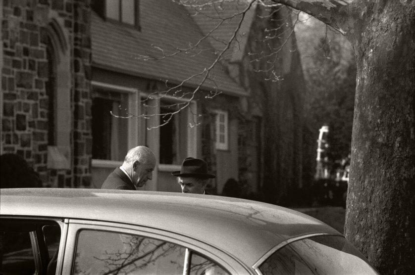 Fotó: Ralph Morse: Albert Einstein temetése utáni pillanatok, New Jersey, 1955 © Ralph Morse/Time & Life Pictures/Getty Images
