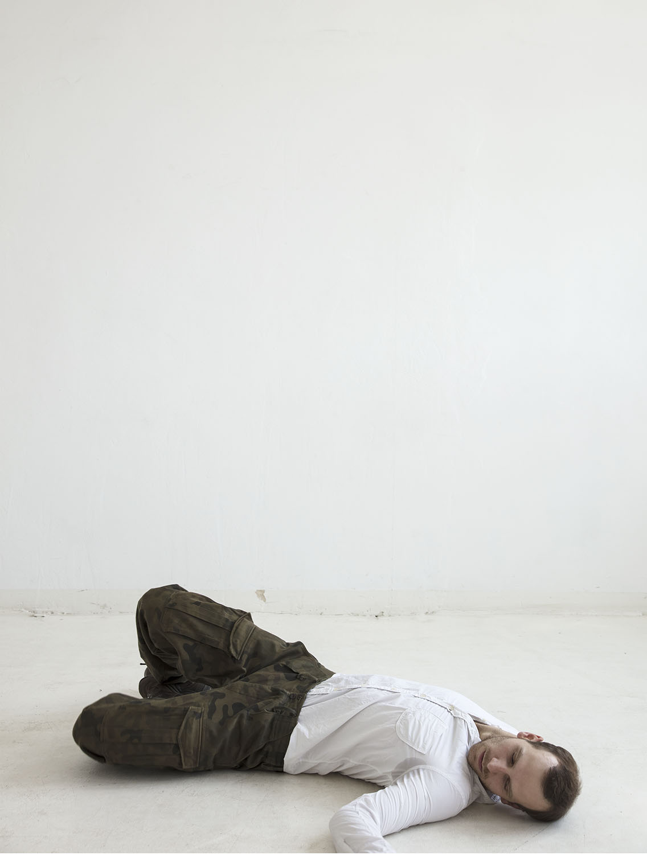 """Fotó: Agnieszka Rayss: A milicista halála, Újrajátszás, 2018<br /><br />Robert Capa magyar származású fotográfus-haditudósító """"A milicista halála"""" című, 1936-ban, a spanyol polgárháború idején készült felvétele alapján (amelyről felröppent a gyanú, hogy csupán eljátszották).<br /><br />Archív tintasugaras nyomat"""