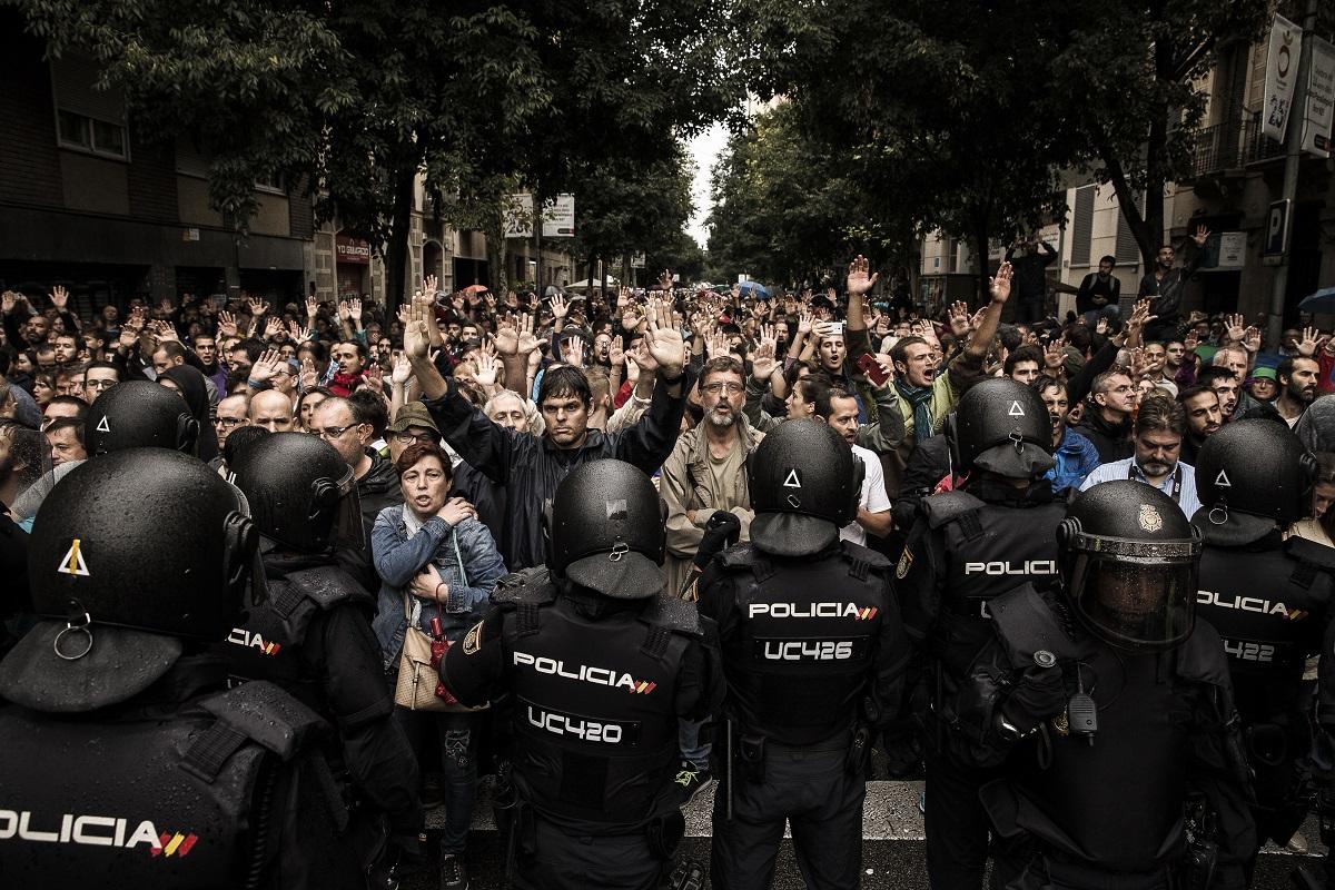 Képriport 1. Díj<br /><br />Fotó: Kurucz Árpád: Katalán függetlenedés. Részlet a sorozatból.<br /><br />2017. október elsejére a Spanyolország részét képező autonóm Katalónia kormánya népszavazást írt ki a tartomány függetlenségéről. A referendum megtartását a spanyol kormány és az Alkotmánybíróság illegálisnak tekinti és fellépett megtartása ellen.
