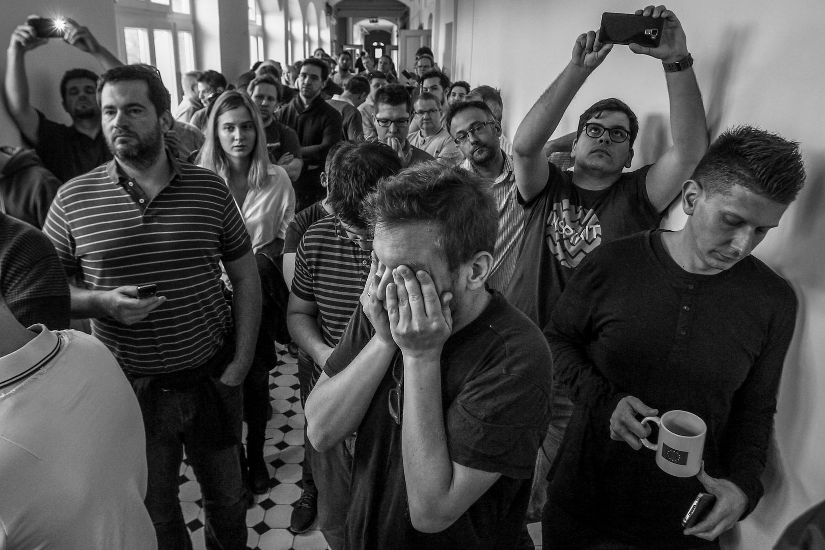 Képriport<br />2. díj: díj: Balogh Dávid (szabadfoglalkozású): Magyar Nemzet utolsó napja<br /><br />Fotó: 2018. április 10-én, két nappal az országgyűlési választások után készült el a 80 éves Magyar Nemzet című politikai napilap utolsó száma. Ezen a keddi napon jelentették be az újság munkatársainak, hogy nincs tovább. <br />Az utolsó értekezlet. Aki az arcát a kezébe temeti: Bucsy Levente, a sportrovat újságírója.