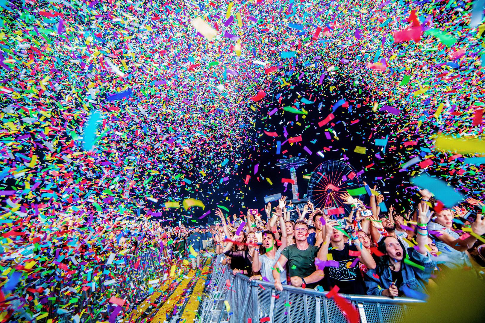 Művészet – műalkotás vagy művészeti tevékenység ábrázolása, fotóriporteri eszközökkel (egyedi)<br />1. díj: Csudai Sándor (Origo): Konfetti<br /><br />Fotó: Fesztiválozók a Balaton Sound utolsó koncertjén élvezik a konfetti esőt.