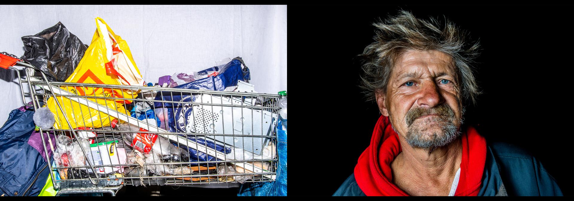 Emberábrázolás – portré (sorozat)<br />3. díj: Marjai János (24.hu): Hasznos holmik<br /><br />Fotó: Október 15. óta Magyarországon szabálysértésnek számít az utcán élni. A rendőrség előállítja a hajléktalanokat, a tulajdonaikat pedig megsemmisíti. Ebben a sorozatban meg szerettem volna mutatni a Budapest utcáin elő emberek legféltettebb személyes tárgyait, amelyeket mostantól bármikor elpusztíthatnak.<br />András és bevásárlókocsija.