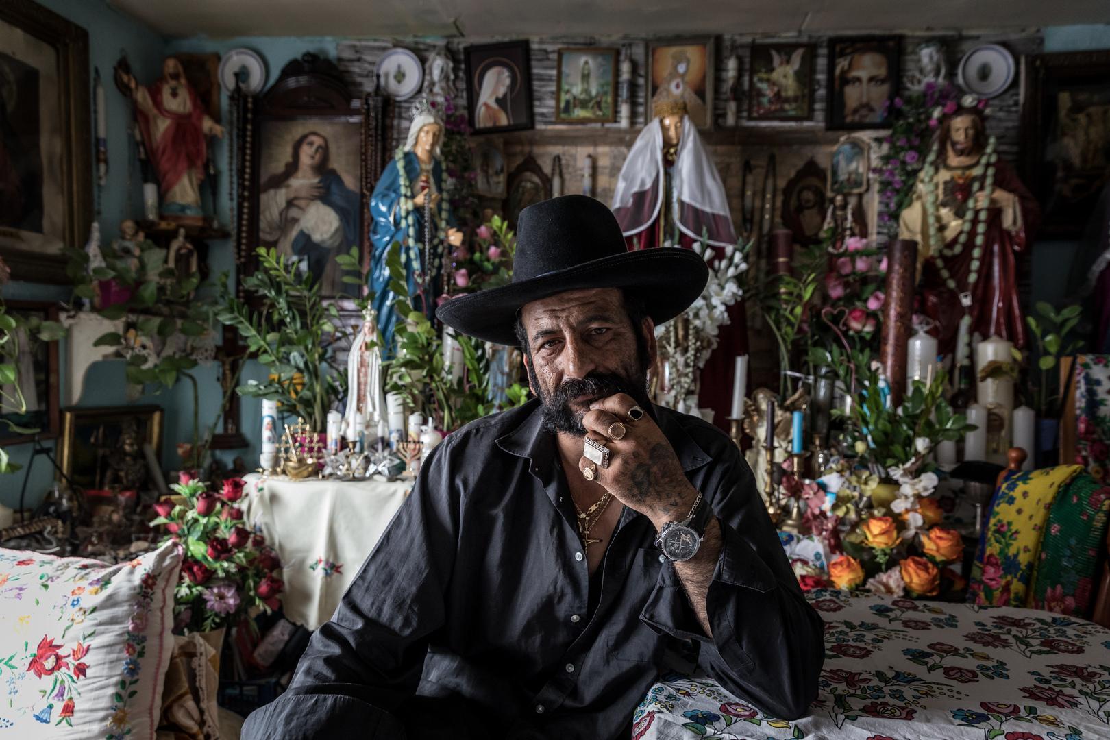 Emberábrázolás – portré (sorozat)<br />1. díj: Kállai Márton (Szabad Föld): Gyásztörés<br /><br />Fotó: Sztojka 'Kalapos' Zoltán ősi cigány hagyomány szerint, gyásztörés során búcsúzik halott féltestvérétől Soltvadkerten. Rituális borotválkozás során megválik a gyász alatt növesztett szakállától és a temetőben az addig viselt fekete ruházatát színesre öltözékére cseréli.