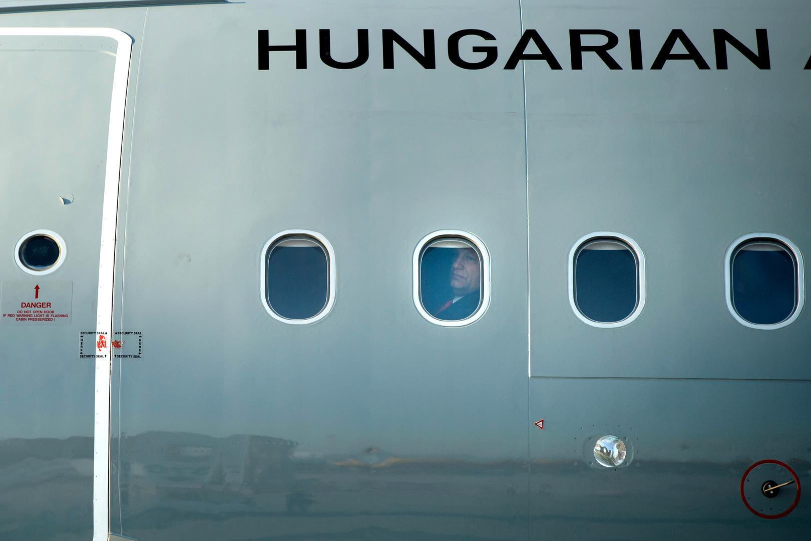 Hír-, eseményfotó<br />2. díj: Koszticsák Szilárd (MTI/MTVA): Látogató<br /><br />Fotó: Orbán Viktor miniszterelnök a honvédség szállító repülőgépének fedélzetén, amikor megérkezik Izraelbe július 18-án. Az utazás komoly belpolitikai vitát váltott ki azzal, hogy katonai gépet használt hivatalos látogatásához.