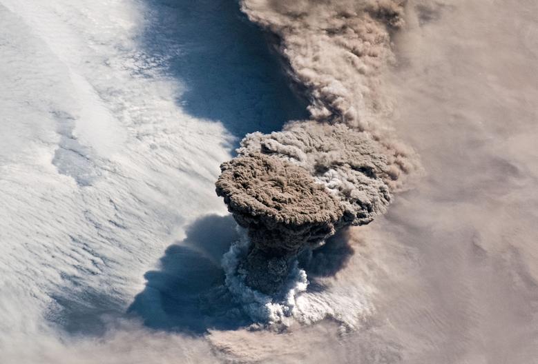 Fotó: A Csendes-óceán északi részén található Kuril-szigetek fölött egy nagy vulkáni hamu- és gázfelhő emelkedik a Raikoke-vulkán váratlan kitörése után, ahogyan a Nemzetközi Űrállomástól látták, 2019. június 22-én. © NASA/Expedition 59 Crew/Handout via REUTERS<br />