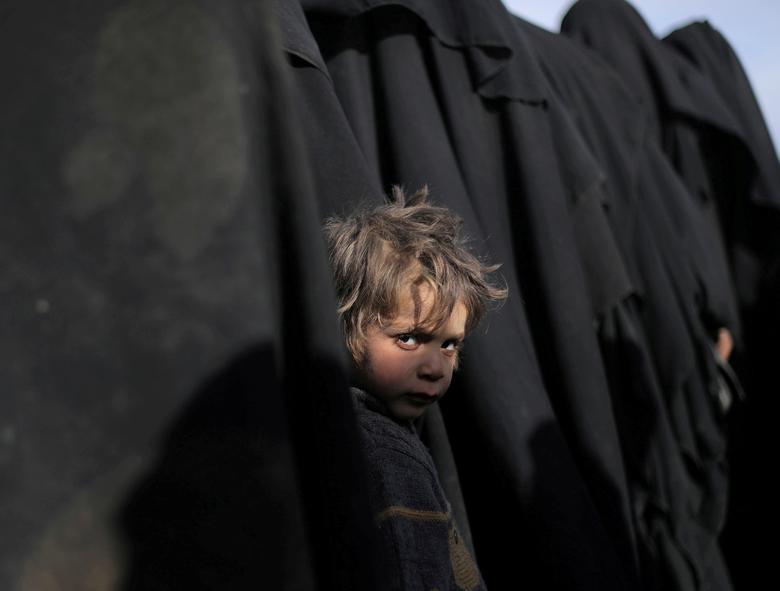 Fotó: Rodi Said: Egy fiú néz a kamerába, Baghouz közelében, Szíria Deir Al Zor tartományban, 2019. március 5. © Reuters/Rodi Said