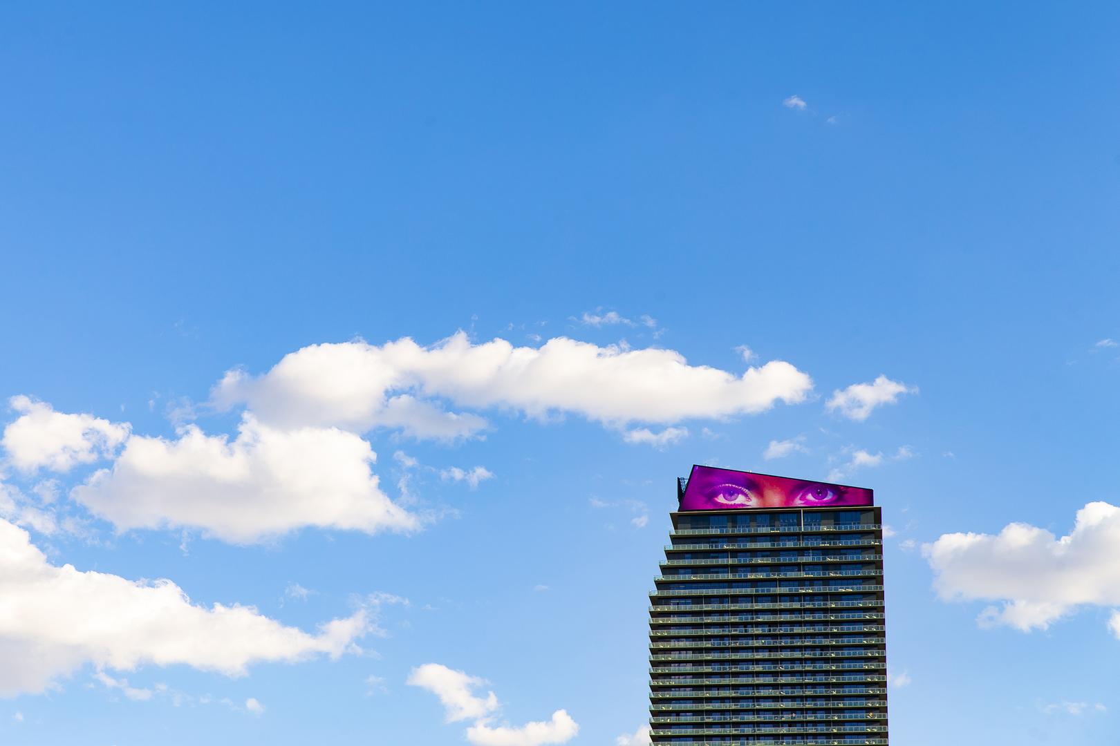 """Művészet – műalkotás vagy művészeti tevékenység ábrázolása, fotóriporteri eszközökkel (sorozat)<br />2. díj: Kurucz Árpád (Magyar Idők): Üres formák<br /><br />Fotó: Las Vegas (spanyolul: """"A rét"""") az amerikai Nevada állam legnépesebb városa, Clark megye székhelye, és egyben a világ egyik legnagyobb szórakoztatási, bevásárlási és szerencsejáték-központja. Mint ahogy beceneve (""""A világ szórakoztató központja"""") is jelzi, a város otthont ad rengeteg kaszinónak, és ehhez kapcsolódó szórakoztatási egységnek. Jelenleg az Amerikai Egyesült Államok 28. legnépesebb városa, mintegy 599 087 becsült lakossal."""