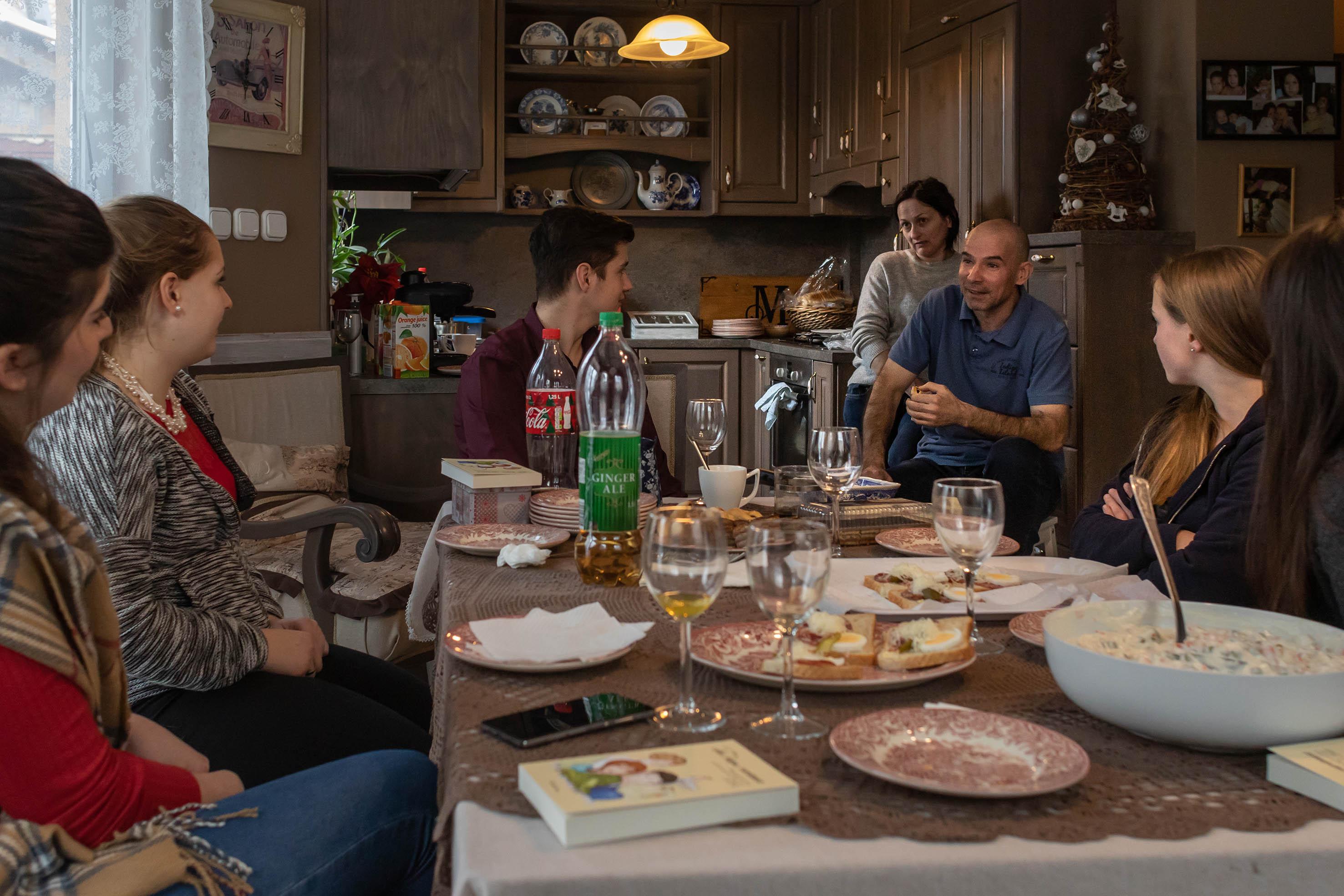 Sári barátai minden karácsonykor meglátogatják a családot. Ilyenkor mesélnek arról, hogy kivel, mi történt az év folyamán.<br /><br />Fotó: Kovács Bea / Magyar Sajtófotó Pályázat
