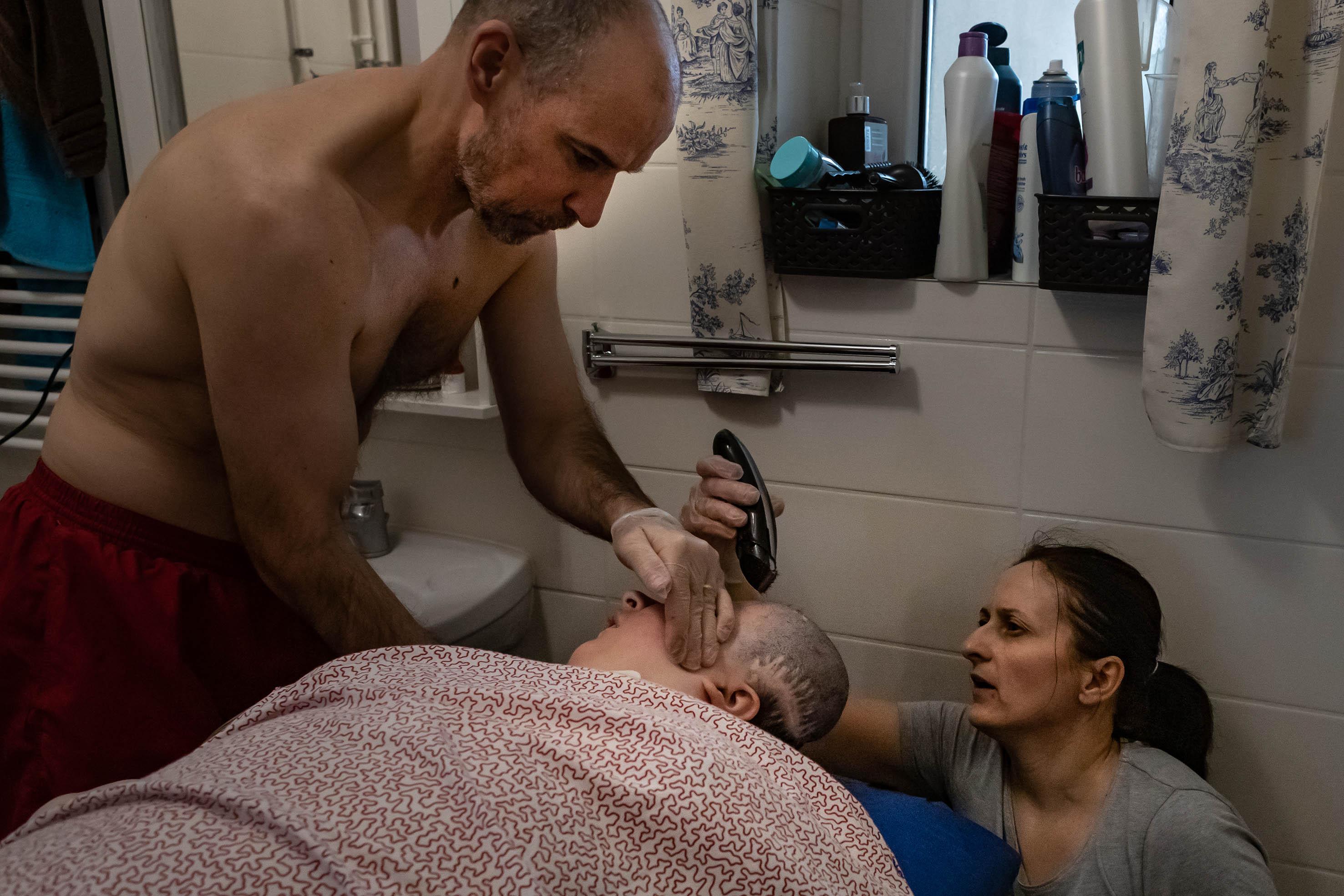 A hajvágás is az otthoni ápoláshoz átalakított fürdőszobában történik.<br /><br />Fotó: Kovács Bea / Magyar Sajtófotó Pályázat