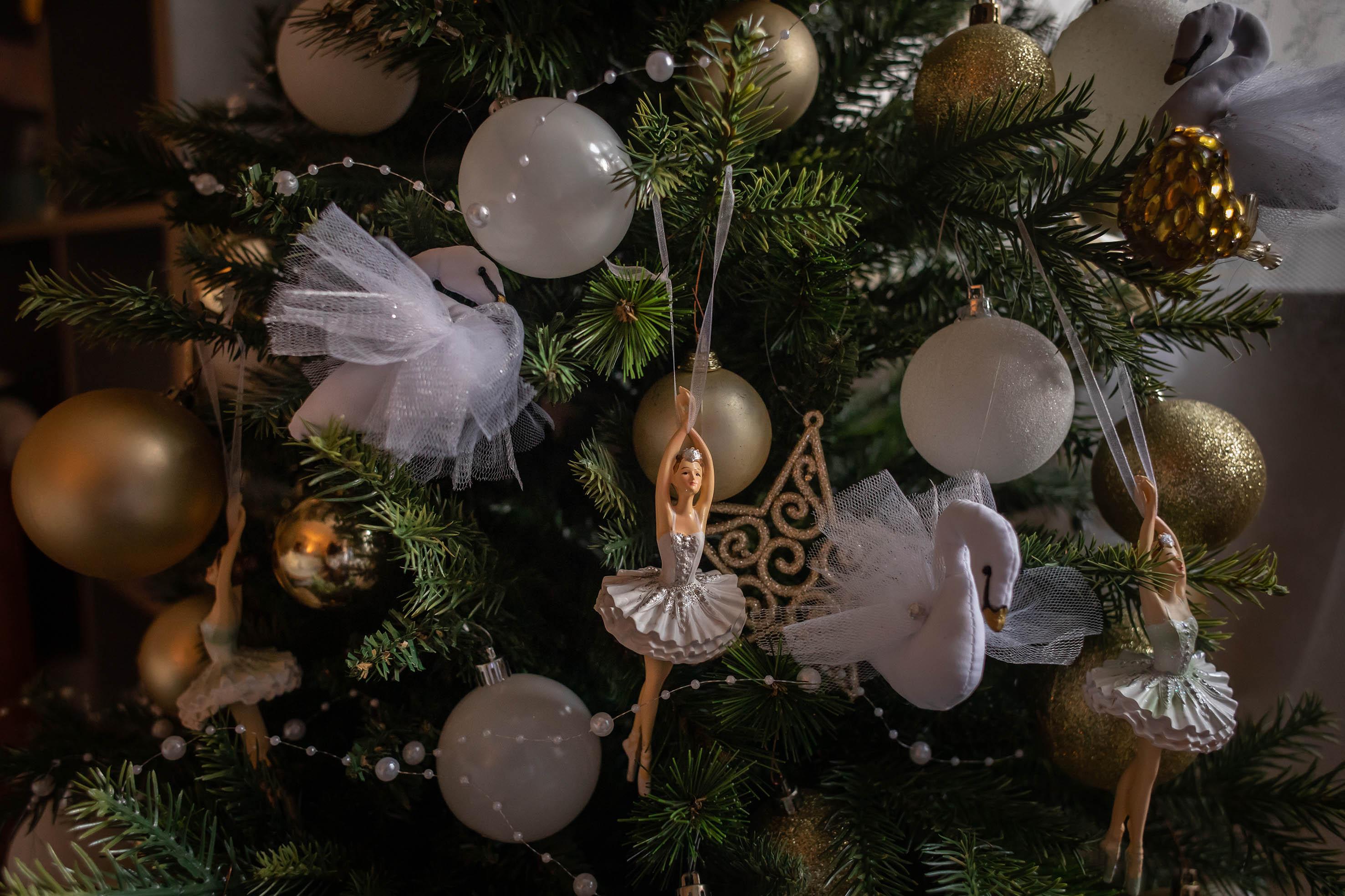 Márti minden évben állít karácsonyfát Sárinak, és a díszek közül is ő készít néhányat.<br /><br />Fotó: Kovács Bea / Magyar Sajtófotó Pályázat