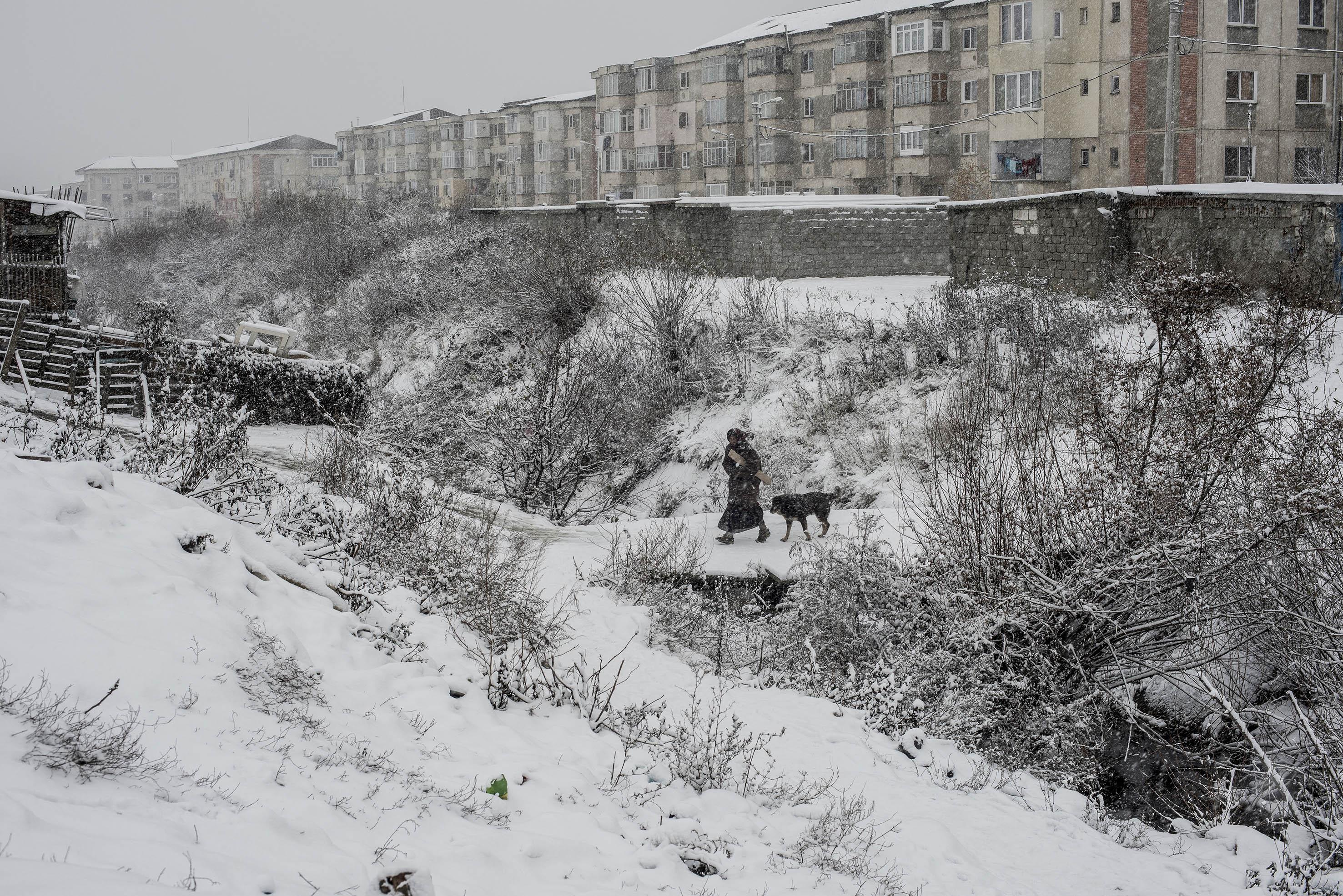 Cigány nő sétál Craicába, kezében némi tüzelővel, 2012. december<br /><br /><br />Fotó: Hajdú D. András / Magyar Sajtófotó Pályázat