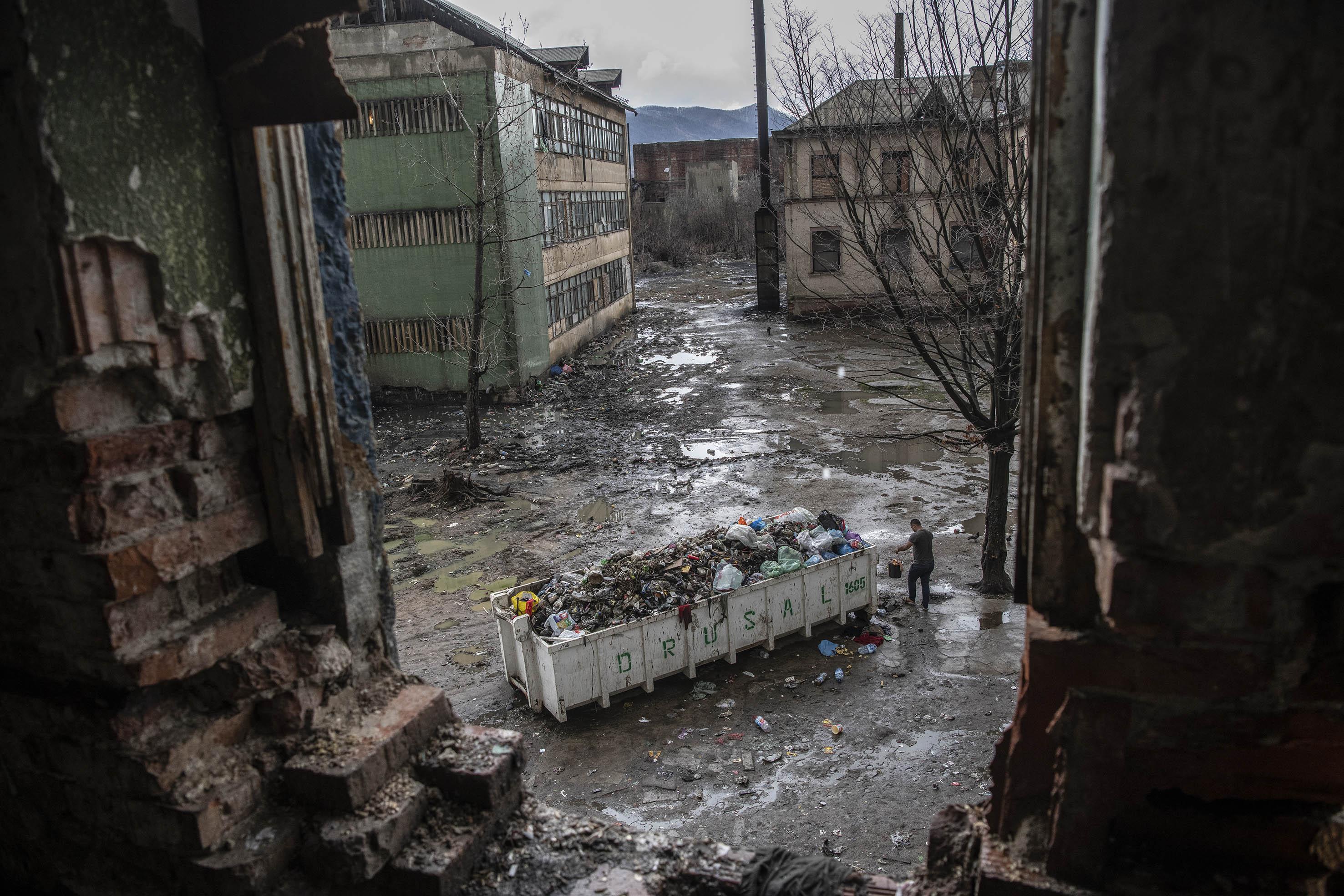 Kilátás a volt vegyi gyár egyik tokostól kibontott ablakából, Cuprom, Nagybánya, 2019<br /><br />Fotó: Hajdú D. András / Magyar Sajtófotó Pályázat