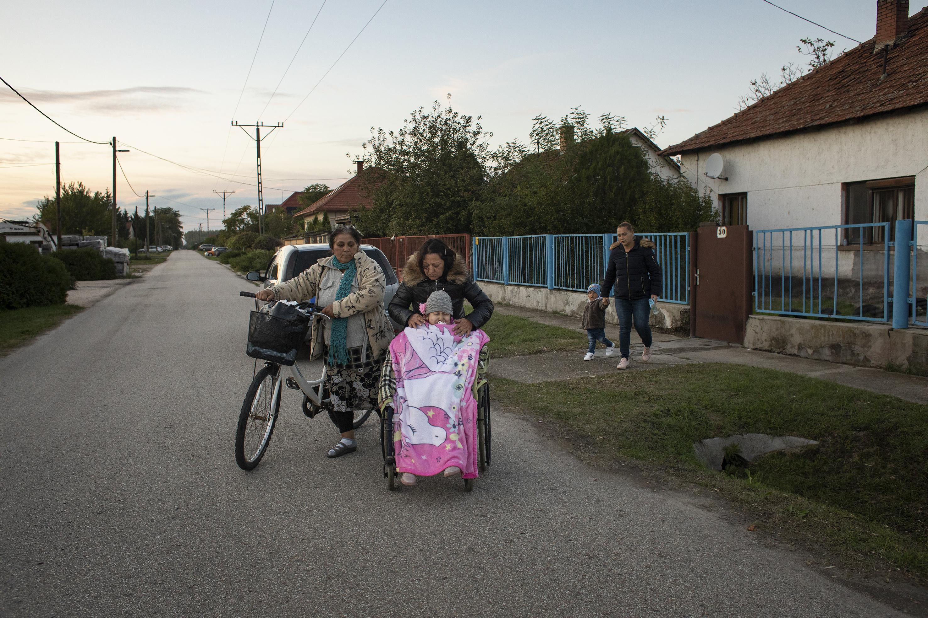 Fotó: Kovács Bea: Lídia időnként kerekesszékben áttolta Mirandát a rokonokhoz, hogy kimozdítsa kicsit a házból és gyerektársaságban legyen.