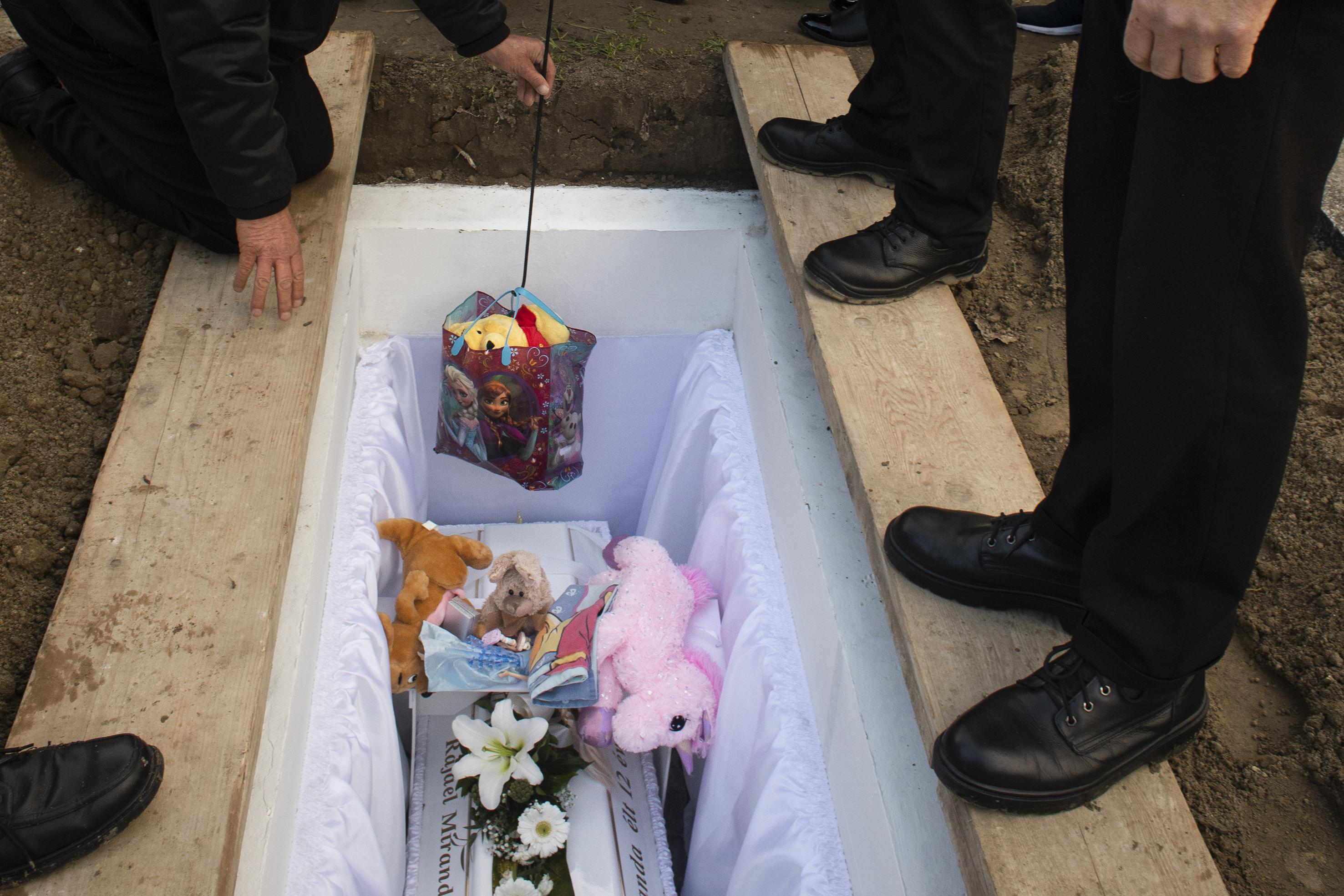 Fotó: Kovács Bea: Miranda 2020. november 4-én meghalt. Utolsó útjára legkedvesebb játékai is elkísérték.