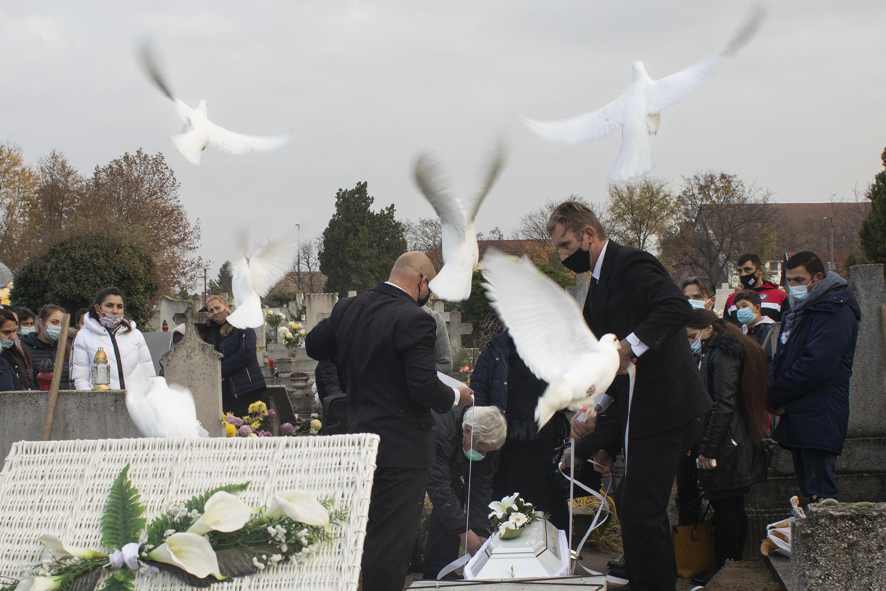 Fotó: Kovács Bea: Nagymamája és édesanyja tizenkét fehér galambbal búcsúzott Mirandától.