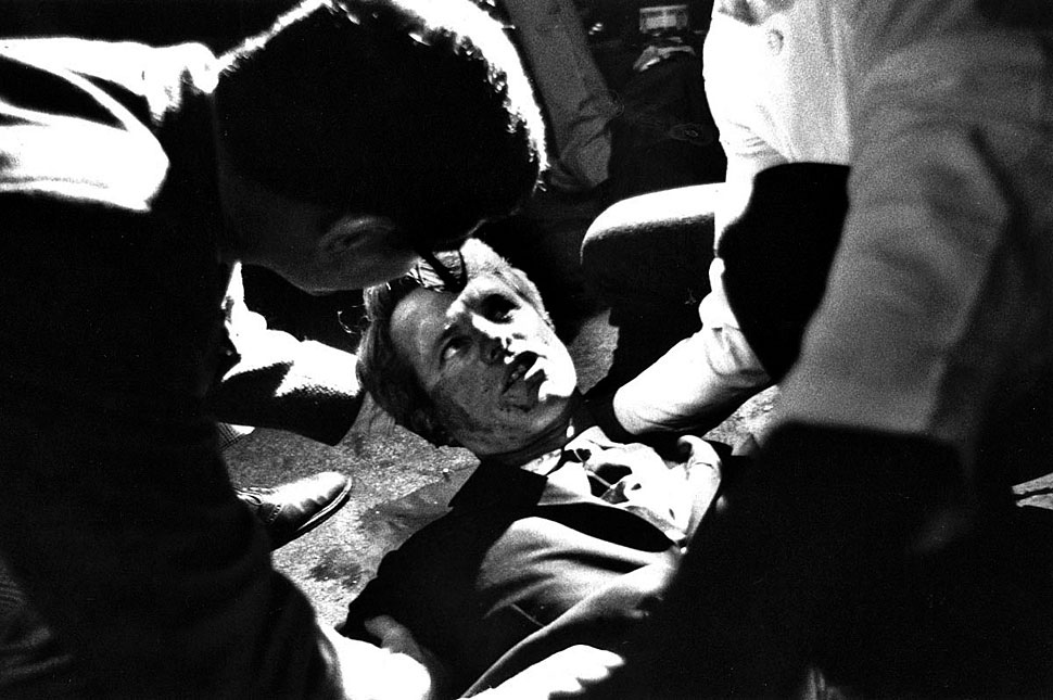 Fotó: Sirhan Bishara Sirhan 1968. június 5-én halálos merényletet követett el Robert F. Kennedy elnökjelölt ellen a San Francisco-i Ambassador Hotelben. A felvéetl a merénylet utáni pillanatokat mutatja. © UCLA Library/Los Angeles Times