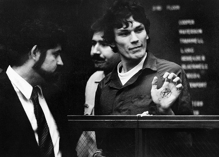 Fotó: Richard Ramirez, a Night Stalker néven elhíresült bűnöző egy Los Angeles-i tárgyalóteremben a tenyerébe rajzolt pentagramot mutatja. Ramirezet szexuális zaklatások és gyilkosságok miatt vádolták, amelyek 1985-ben félelemben tartották a Los Angeles-i lakosságot. 1985. október 24. © UCLA Library/Los Angeles Times