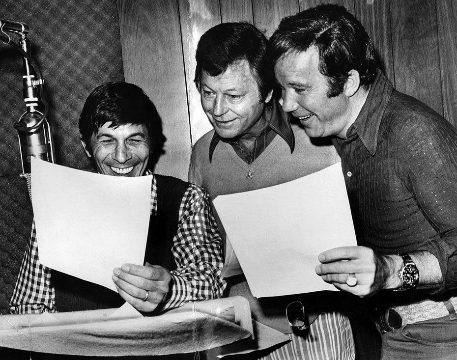 """Fotó: Leonard Nimoy (Spock), DeForest Kelley (Dr. Leonard """"Bones"""" McCoy) and William Shatner (Capt. James T. Kirk) a Star Trek sorozat szereplői a Star Trek: The Animated Series hanganyagának rögzítésén, 1973. április 24. © UCLA Library/Los Angeles Times"""