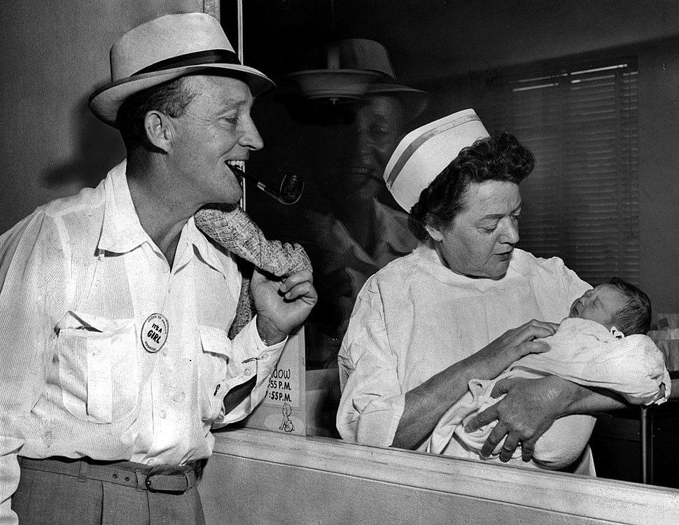 Fotó: Bing Crosby újszülött kislányával (és egy nővérrel), Queen of Angels Hospital, Los Angeles. 1959. szeptember 15. © UCLA Library/Los Angeles Times