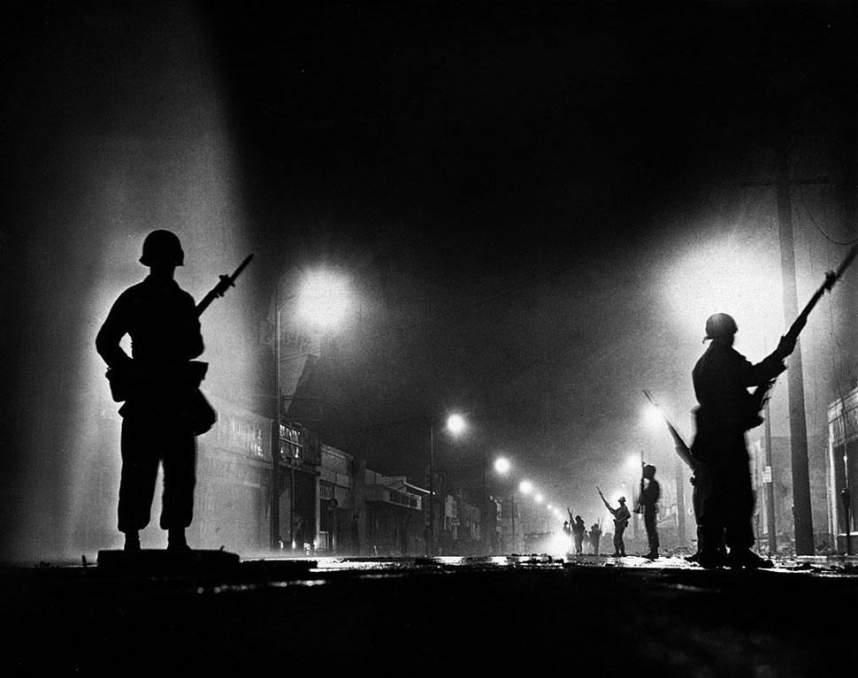 Fotó: A Nemzeti Gárda ellenőrzi a kijárási tilalom betartását a sorozatos zavargásokat követően, Charcoal Alley, Watts, 1965. augusztus 13. © UCLA Library/Los Angeles Times