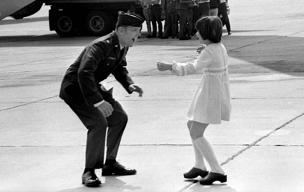 Fotó: Jay C. Hess a March Air Force Bázison találkozik kilenc éves kislányával, Heidi Hesszel, miután öt évig háborús fogolyként raboskodott Vietnámban. 1973. március 17. © UCLA Library/Los Angeles Times