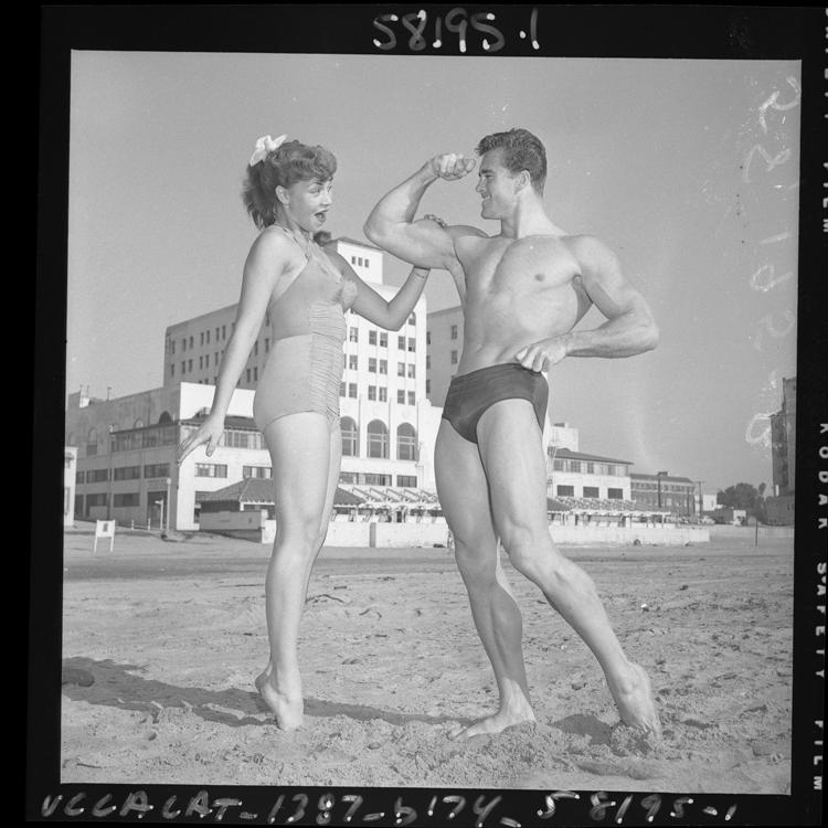 Fotó: Ed Holovchik [aka Ed Fury], testépítő és Mr. Los Angeles Jackie Coey modellel, 1953 © UCLA Library/Los Angeles Times