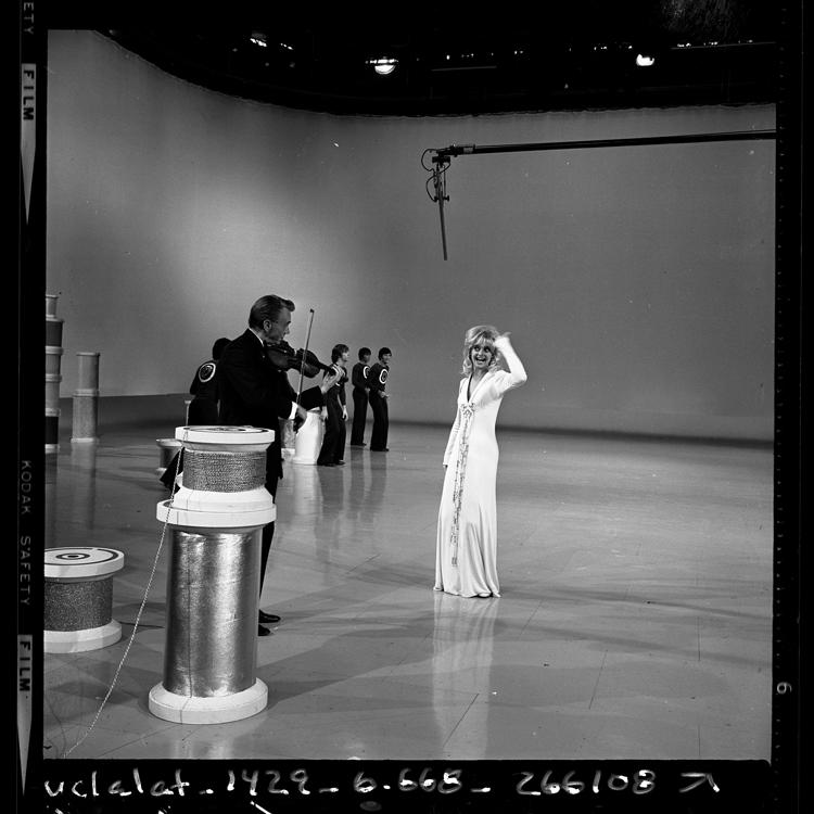 Fotó: Goldie Hawn televíziós fellépése édesapjával, Edward Rutledge Hawn hegedűművésszel, 1970 © UCLA Library/Los Angeles Times