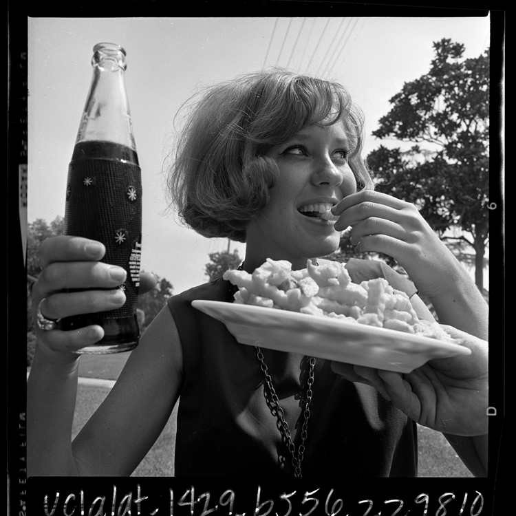 Fotó: Fiatal lány sült krumplival és diétás kólával, 1965 © UCLA Library/Los Angeles Times
