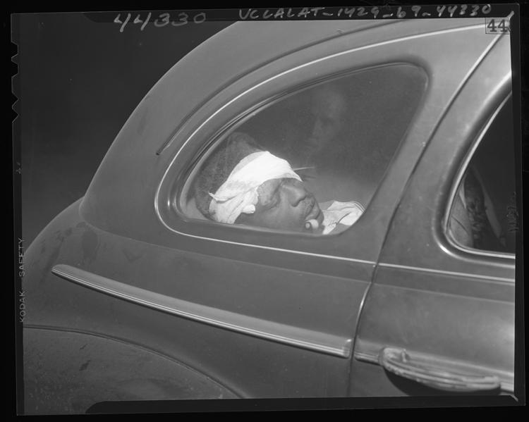 Fotó: Minton R. Scott megsérült gyanúsított egy rendőrautóban, Los Angeles, Calif., 1947 © UCLA Library/Los Angeles Times