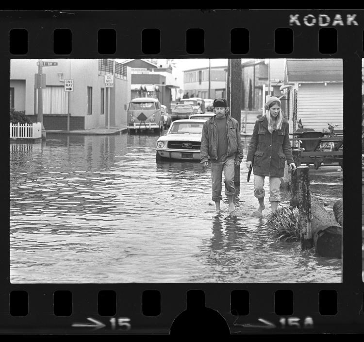 Fotó: Áradás után, Newport Beach, 1974 © UCLA Library/Los Angeles Times