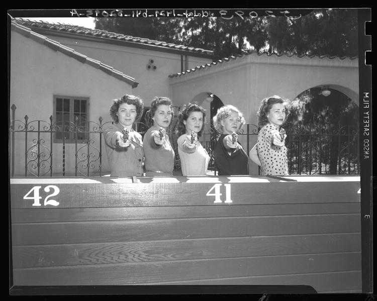 Fotó: Melva Myers, Betty Webster, Norma Johnston, Janet Elvedahl és Betty Hern női kadét fegyverrel pózol Los Angelesben, Kalifornia, 1948 © UCLA Library/Los Angeles Times