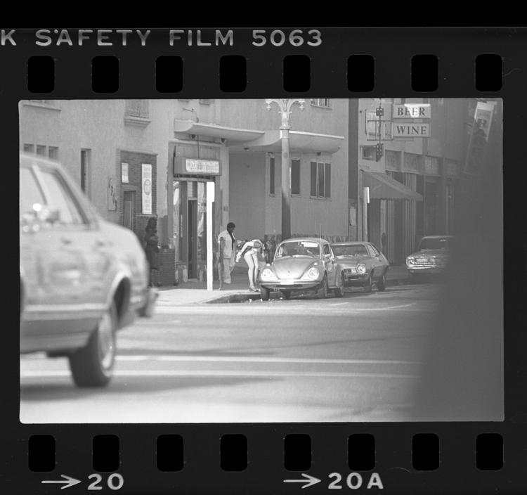 Fotó: Kuncsafttal egyeztető prostituált, Hollywood Blvd. in Hollywood, Calif., 1977 © UCLA Library/Los Angeles Times