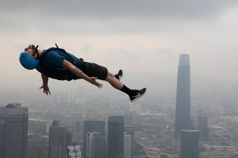 Fotó: Lim Huey Teng: Bázisugró a levegőben a Kuala Lumpur-i Bázisugró Világkupán,  Malajzia, 2019. szeptember 26. © Reuters/Lim Huey Teng