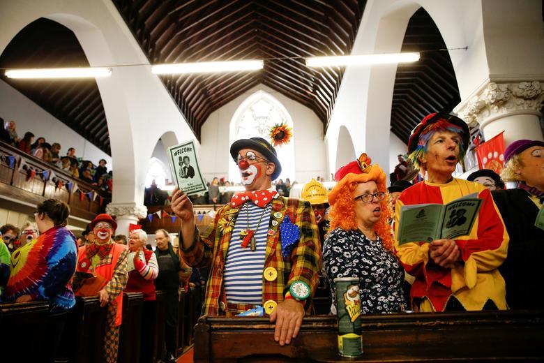 Fotó: Henry Nicholls: Bohócok és más nevettetők összejövetele, akik évente tartanak megemlékezést a brit bohóc, Joseph Grimaldi tiszteletére. Mindenszentek templom, London, Haggerston, 2019. február 3. © Reuters/Henry Nicholls