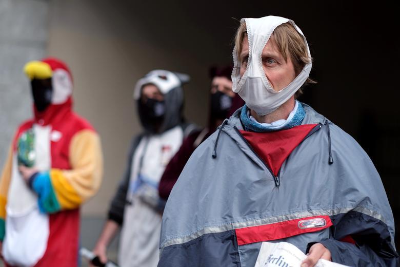 Fotó: Az arcukat eltakaró tüntetők a koronavírus miatt meghozott szigorítások elleni tüntetésen vesznek részt Berlinben, 2020. május 2. © REUTERS / Christian Mang