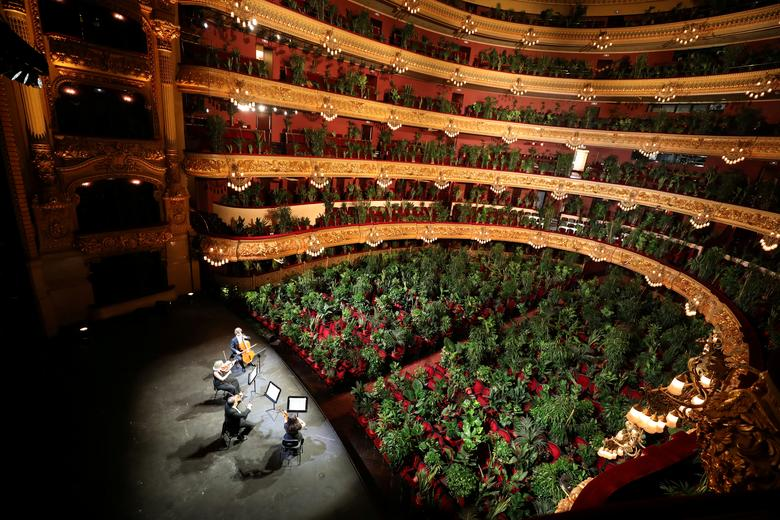 Fotó: Nem mindennapi koncerttel ünnepelte meg a barcelonai Gran Teatre del Liceu a karanténból való kiszabadulást: az újranyitás első előadását 2292 cserepes növénynek adták, így tisztelegve a természet előtt. Barcelona, Spanyolország, 2020. június 22. © REUTERS / Nacho Doce